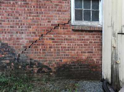 Демонтаж кирпичных стен – грубая работа, требующая аккуратности