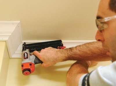 Как клеить плинтус на потолок или особенности его монтажа