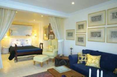 Греческий стиль в перепланировке двухкомнатной квартиры